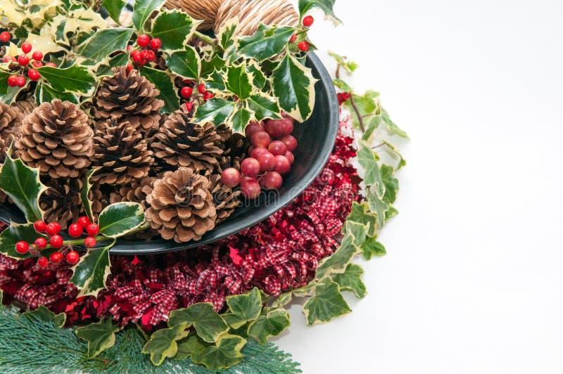 Decoração festiva do Natal com azevinho e hera em um backg branco foto de stock