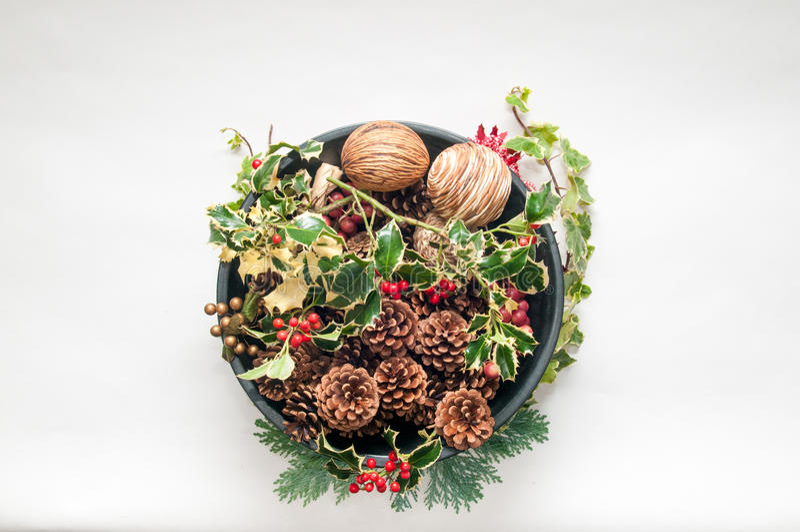Decoração festiva do Natal com azevinho e hera em um backg branco imagens de stock royalty free