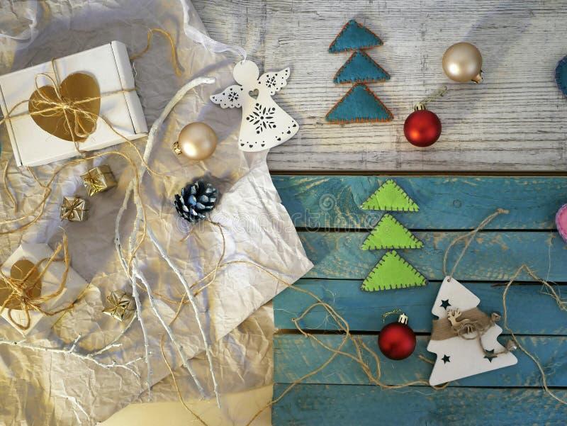 A decoração festiva do Natal feita do Natal sentiu árvores de Natal feitos a mão, ramos brancos fotos de stock
