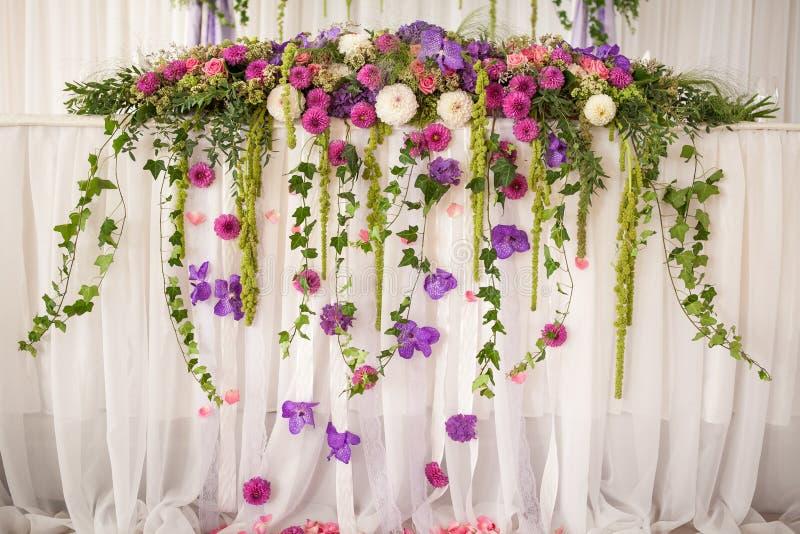 Decoração floral da tabela do casamento fotografia de stock