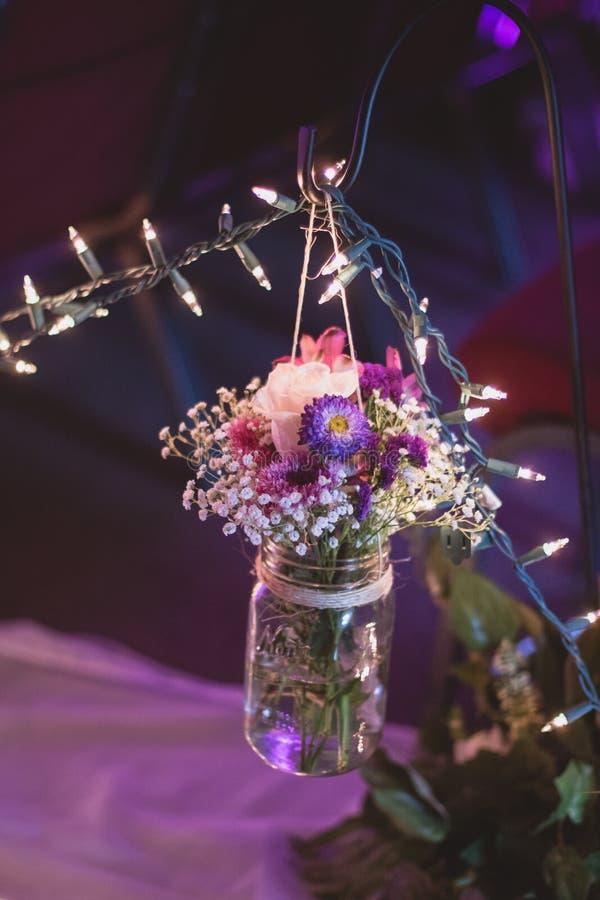 Decoração floral para o corredor do casamento fotos de stock