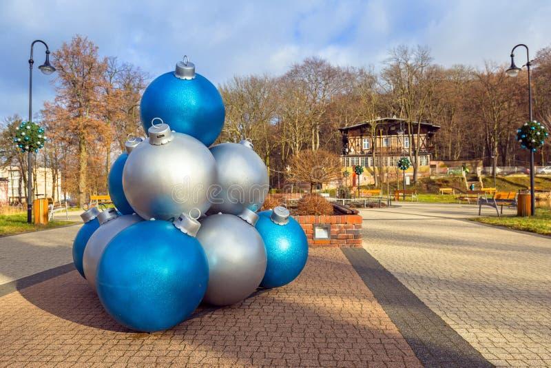 Decoração gigante das quinquilharias do Natal no parque de Trzebnica fotografia de stock