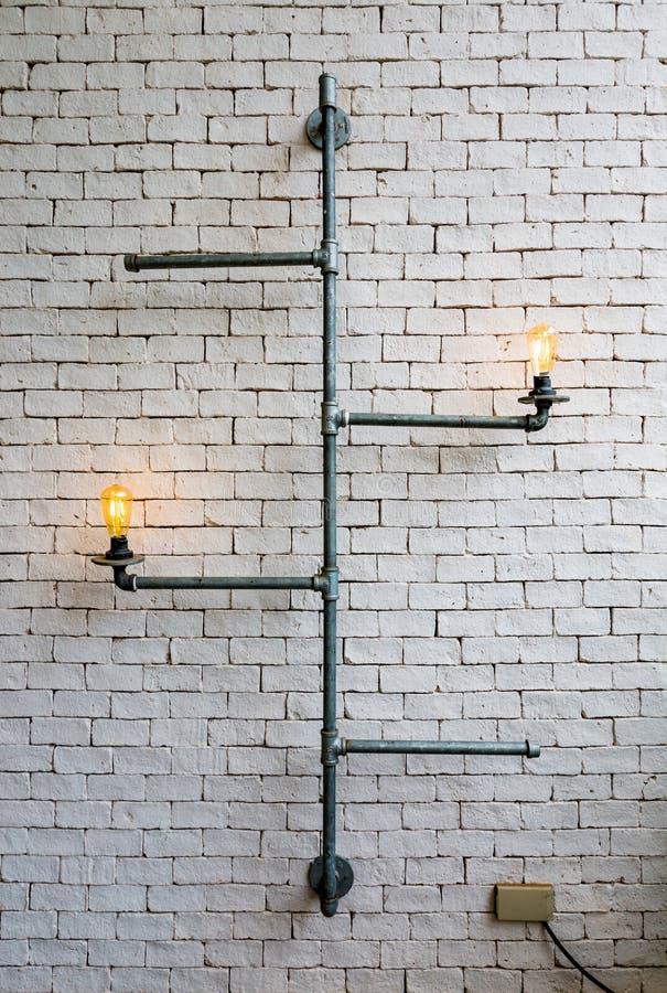 A decoração home conduz a ampola com parede branca fotos de stock