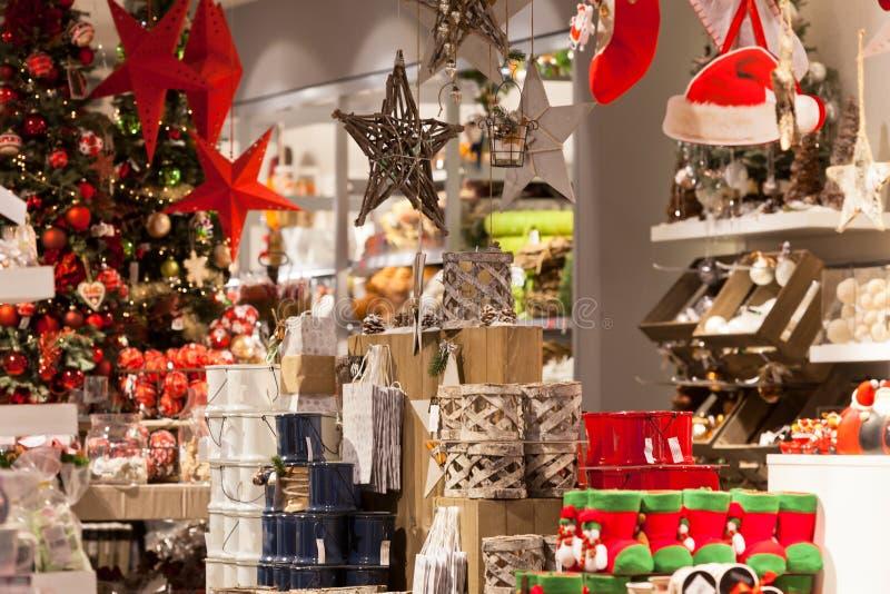 Decoração home do Natal em uma loja fotografia de stock