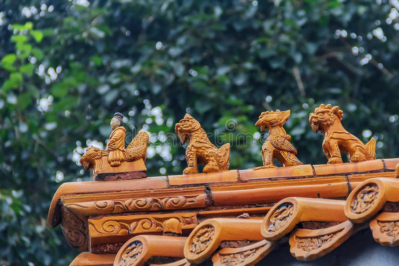 Decoração imperial chinesa do telhado do homem que monta um Phoenix e um myt imagens de stock
