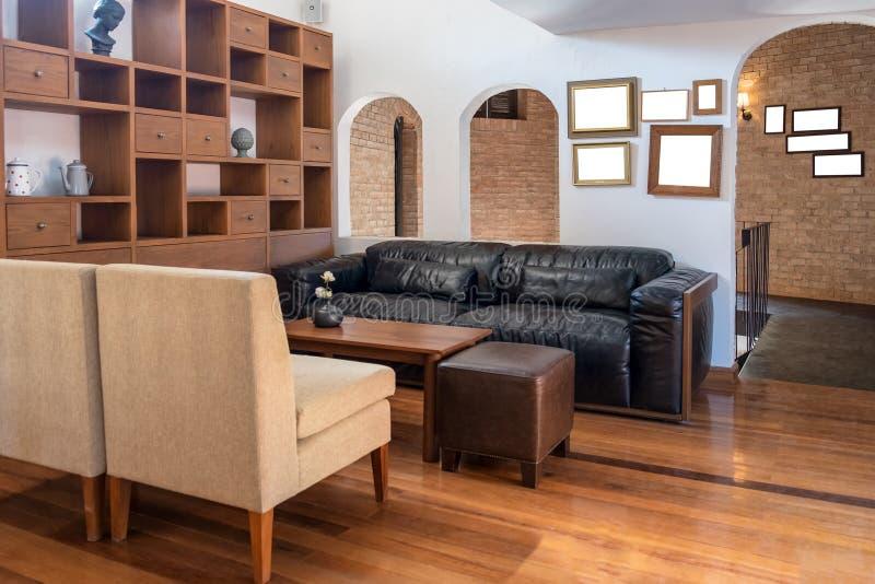 Decoração interior da madeira da tabela e do sofá de Salão foto de stock royalty free