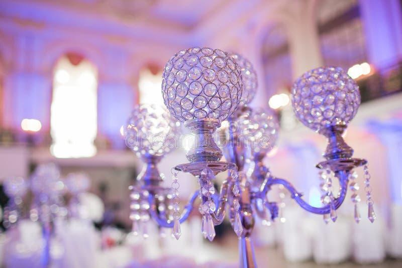 Decoração interior da tabela do restaurante bonito para o casamento Flor Orquídeas brancas em uns vasos castiçal luxuosos foto de stock royalty free