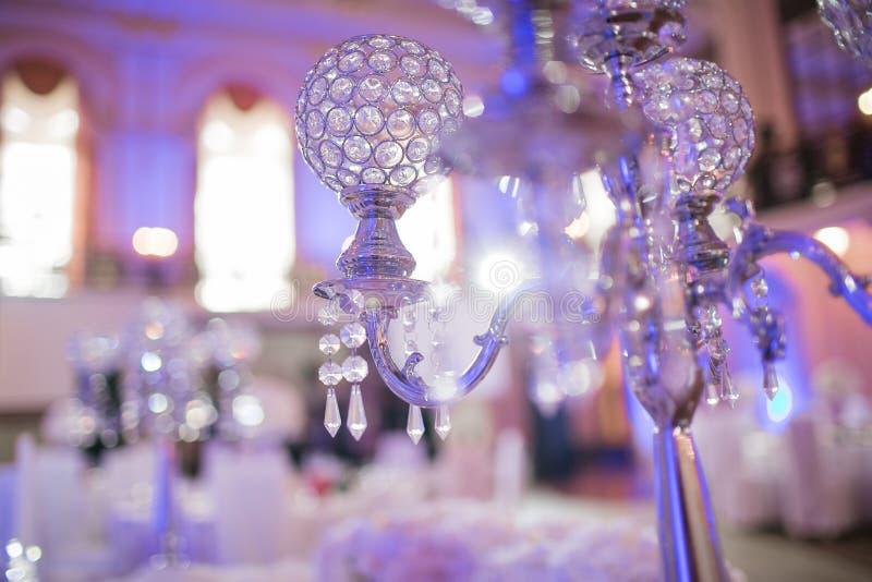 Decoração interior da tabela do restaurante bonito para o casamento Flor Orquídeas brancas em uns vasos castiçal luxuosos foto de stock