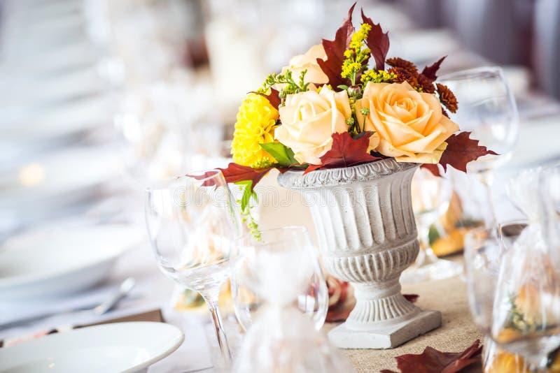 Decoração interior da tabela do restaurante bonito para o casamento ou o evento Cores do outono da decoração da tabela do casamen fotografia de stock royalty free