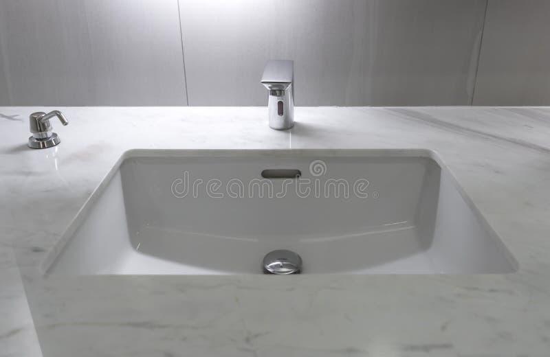 Decoração interior do banheiro moderno do torneira imagens de stock royalty free