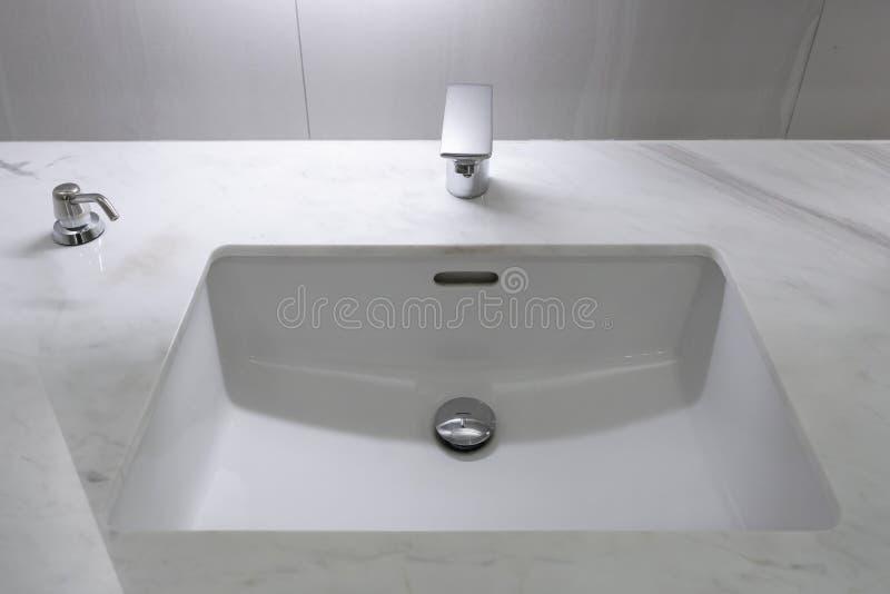 Decoração interior do banheiro moderno do torneira foto de stock
