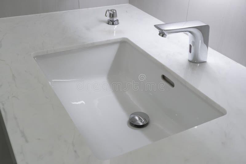 Decoração interior do banheiro moderno do torneira fotografia de stock
