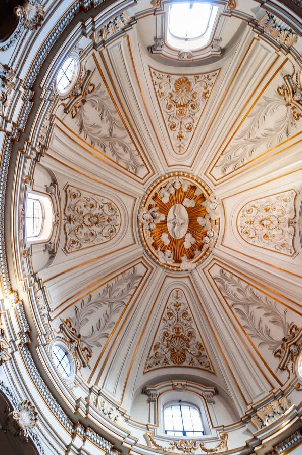 Decoração interior do teto da abóbada da igreja de Santi Celso e Giuliano É uma igreja menor da basílica em Roma Uma igreja sobre fotografia de stock royalty free