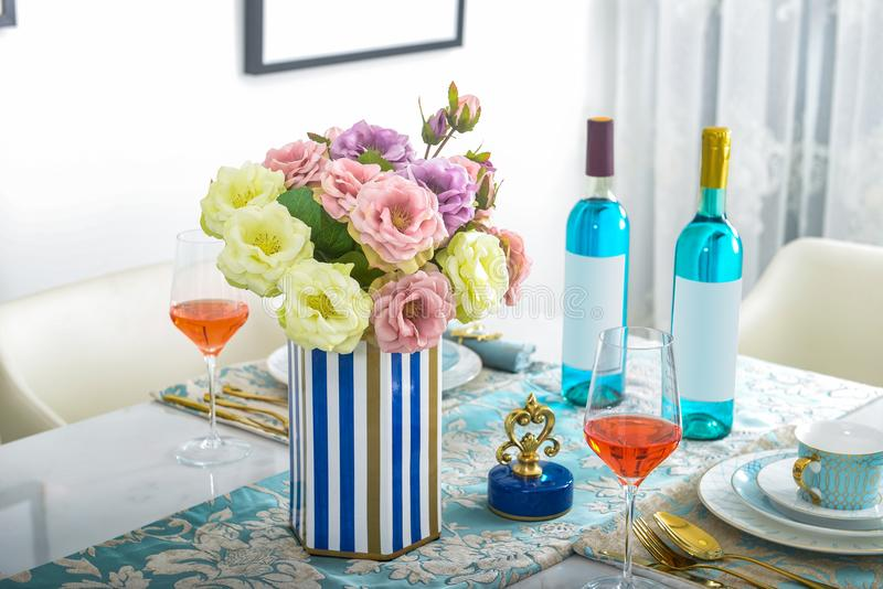 Decoração interior home, sala de jantar, ramalhete no vaso de vidro imagem de stock royalty free