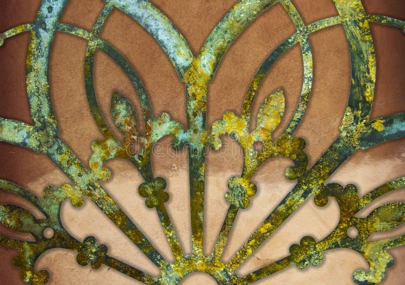 Decoração laçado do metal do grunge oxidado do ferro contra o fundo do estuque imagem de stock royalty free