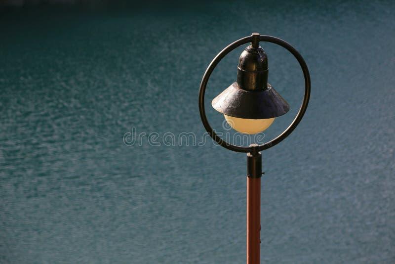 Decoração Lampost pela água imagens de stock royalty free