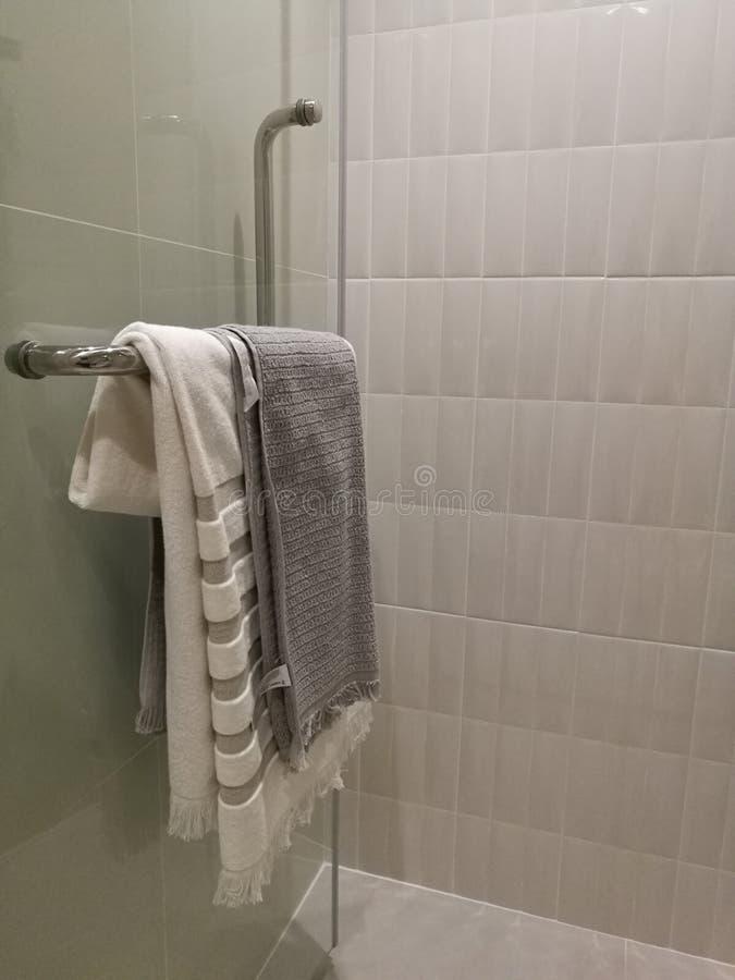 Decoração luxuosa bonita da caixa do chuveiro no interior do banheiro, torre ascendente fechado que pendura na cremalheira de toa fotos de stock royalty free