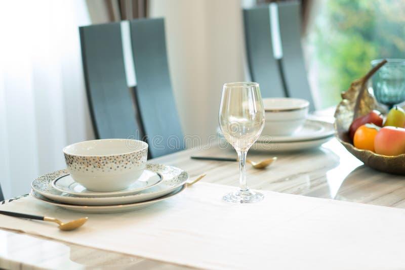 Decoração luxuosa da mesa de jantar em casa fotografia de stock