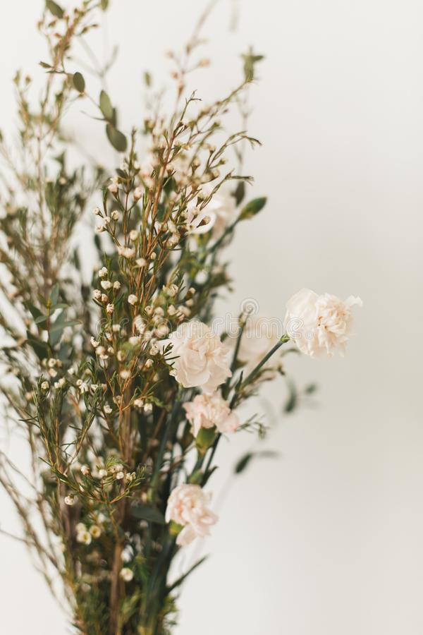 Decoração macia da casa, vasos pequenos com wildflowers fotos de stock