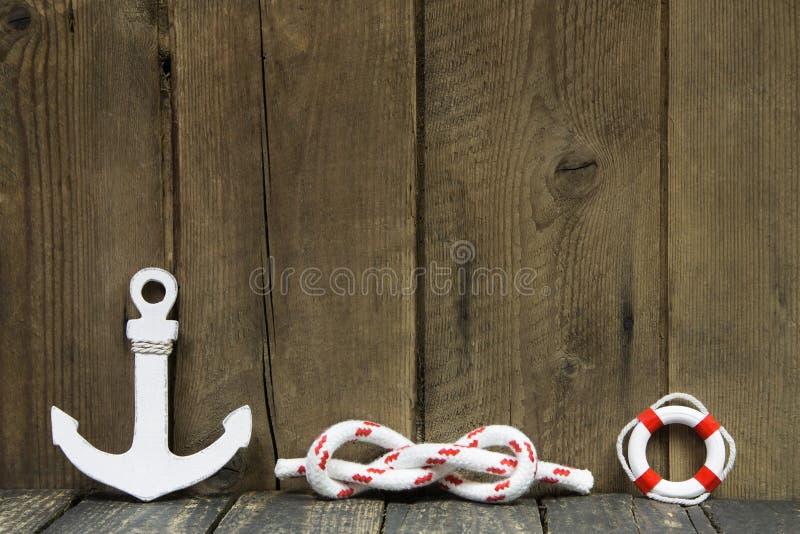 Decoração náutica com âncora e nó na madeira. fotos de stock royalty free
