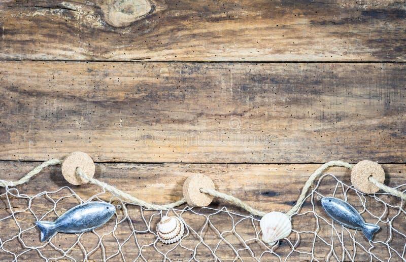 Decoração náutica marítima com rede de pesca, conchas do mar e decoração dos peixes imagem de stock royalty free