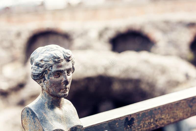 Decoração na cerca perto das ruínas do anfiteatro romano antigo imagem de stock