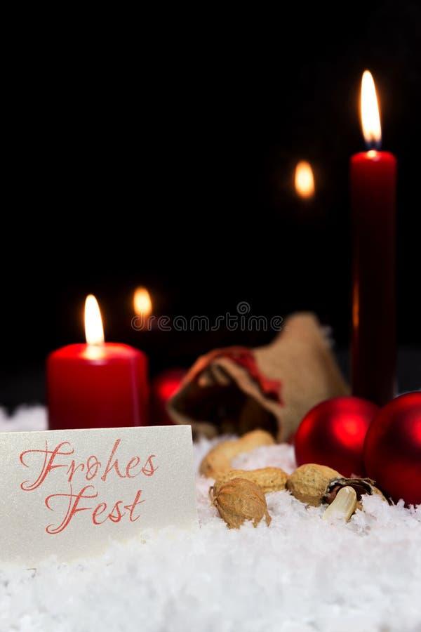Decoração na neve, palavras alemãs do Natal, Feliz Natal imagem de stock