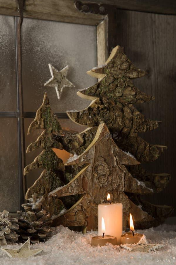 Decoração natural atmosférica do Natal com madeira e o c ardente foto de stock