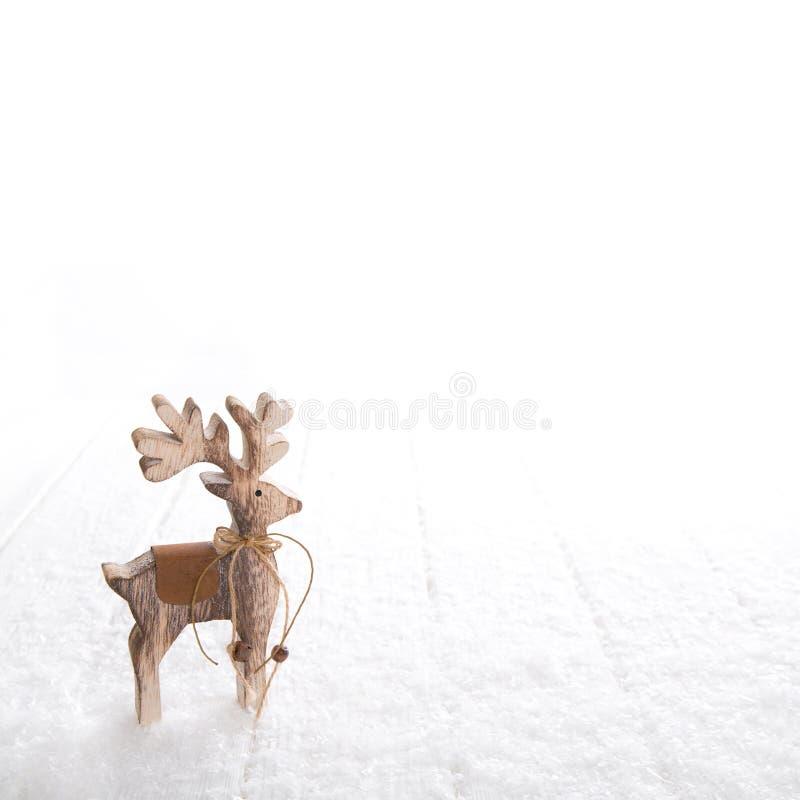 Decoração natural do Natal com um cervo isolado na neve branca foto de stock royalty free