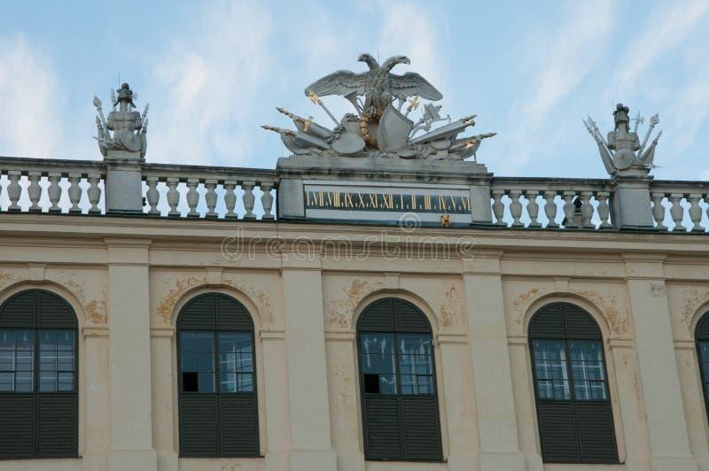 Decoração no telhado do palácio de Schoenbrunn em Viena, Áustria foto de stock