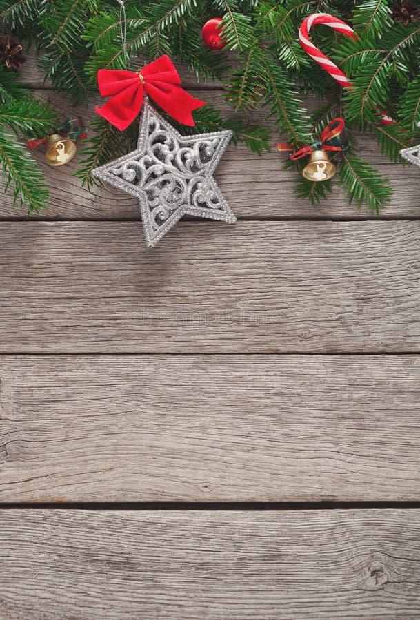 A decoração, os ornamento e a festão do Natal moldam o fundo foto de stock royalty free