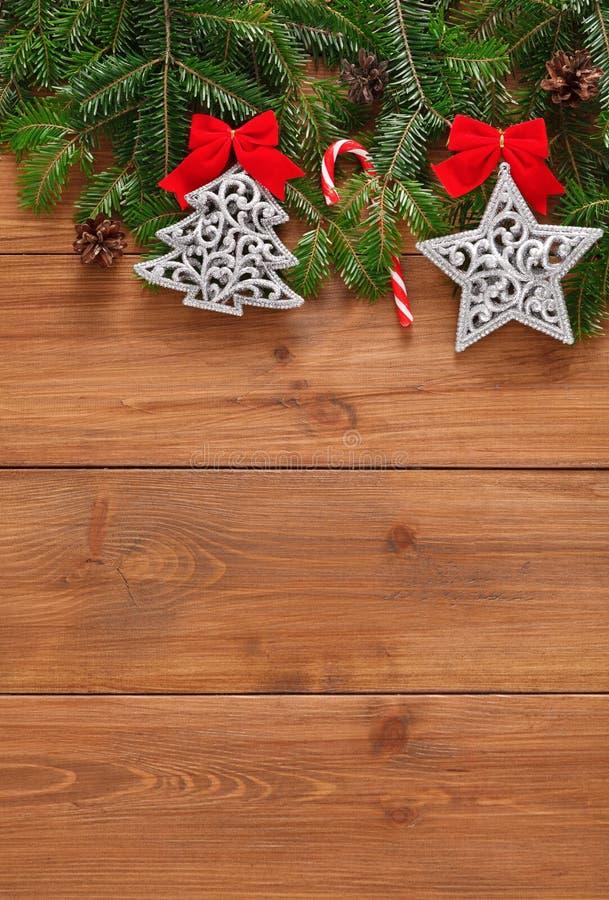 A decoração, os ornamento e a festão do Natal moldam o fundo imagens de stock