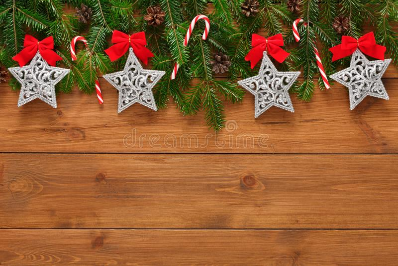 A decoração, os ornamento e a festão do Natal moldam o fundo foto de stock