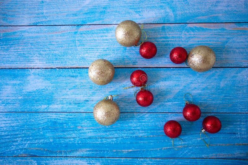 Decora??o para o partido, as bolas da cor da vista superior colocadas em assoalhos de madeira azuis velhos, o espa?o do fundo par fotografia de stock