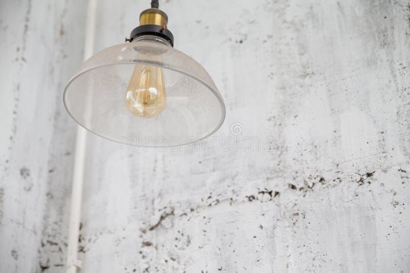 Decoração retro da iluminação no fundo do muro de cimento imagens de stock royalty free