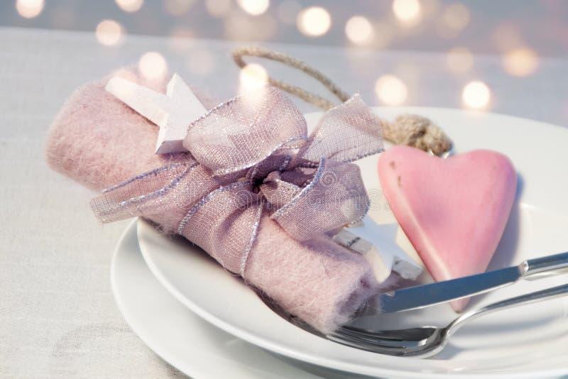 Decoração romântica da tabela para um jantar de Natal fotos de stock