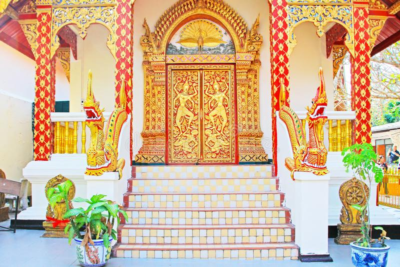 Decoração tailandesa da porta de Tranditional em Wat Phra That Doi Suthep, Chiang Mai, Tailândia imagens de stock royalty free