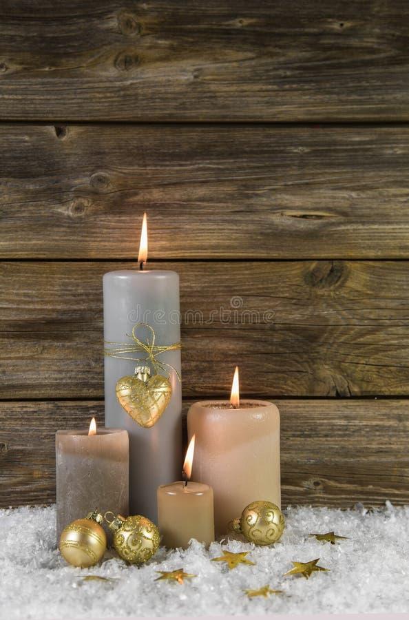 Decoração tradicional do Natal com advento quatro ardente bege foto de stock royalty free