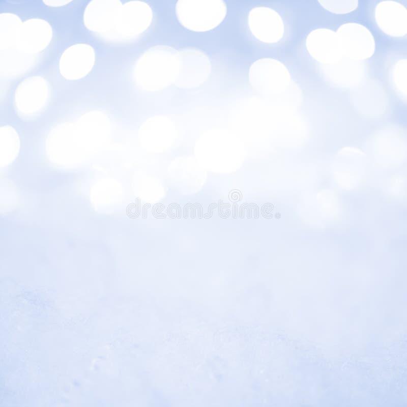 Decoração vazia do Natal com neve e fundo de luzes borradas do feriado imagem de stock