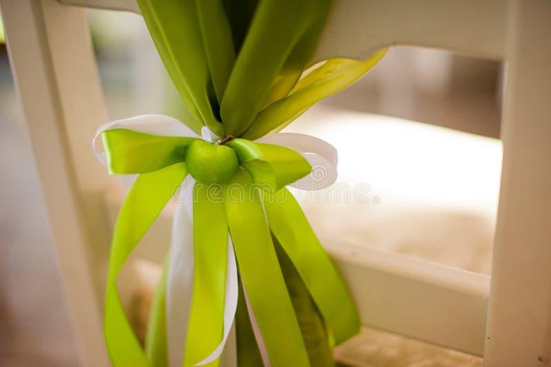 Decoração verde da maçã na cadeira do casamento imagens de stock