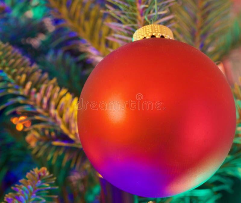 Decoração vermelha da árvore de Natal da bola imagens de stock royalty free