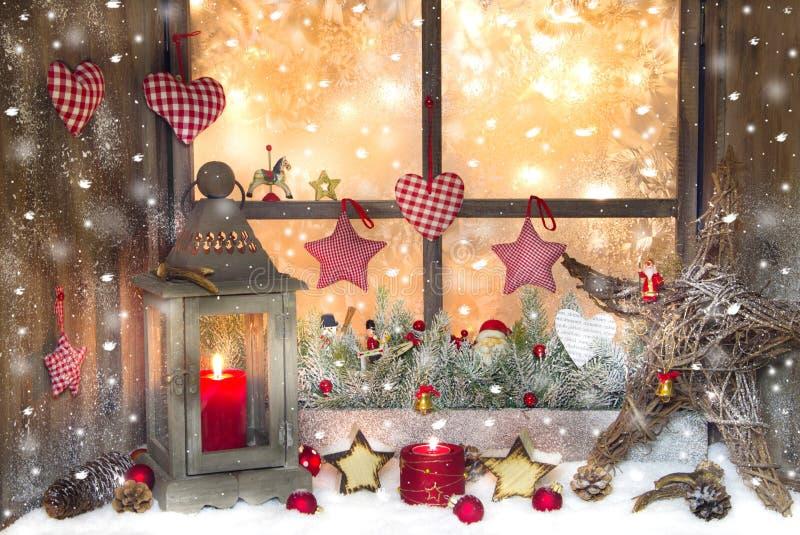 Decoração vermelha do Natal com a lanterna no peitoril da janela com madeira fotografia de stock royalty free