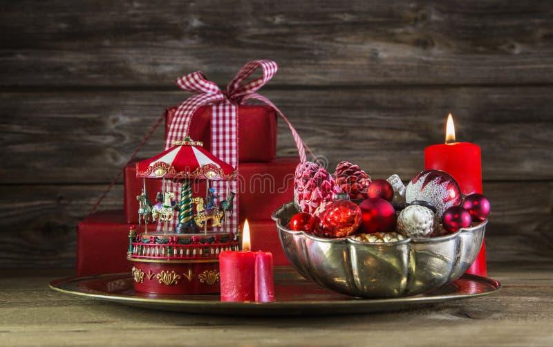 Decoração vermelha do Natal no fundo de madeira com carrossel imagem de stock