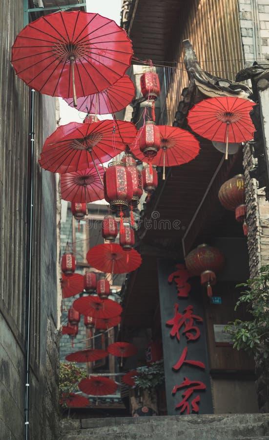 Decoração vermelha dos guarda-chuvas na cidade antiga de Fenghuang fotografia de stock royalty free
