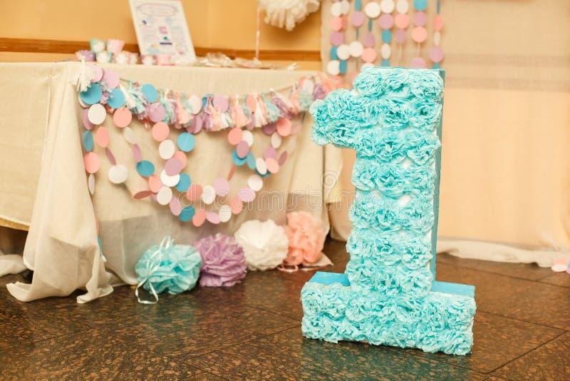 Decorações à moda do aniversário para a menina em seu primeiro aniversário fotografia de stock royalty free