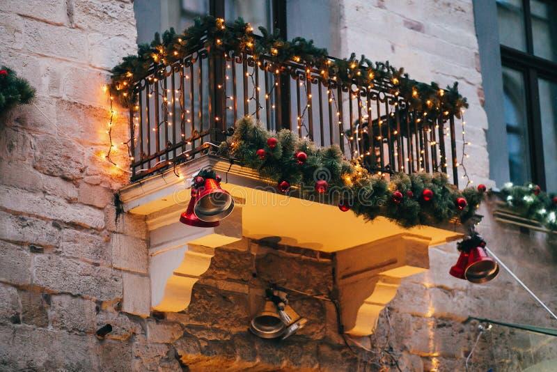 Decorações à moda do Natal, sinos de tinir vermelhos, luzes, sutiã do abeto foto de stock royalty free