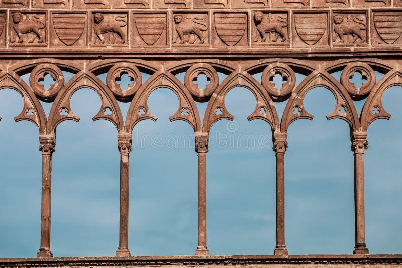 Decorações antigas medievais com arcos, os leões cinzelados e as colunas fotos de stock royalty free
