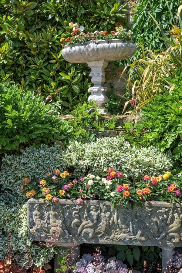 Decorações arquitetónicas em jardins do castelo de Hever imagens de stock royalty free