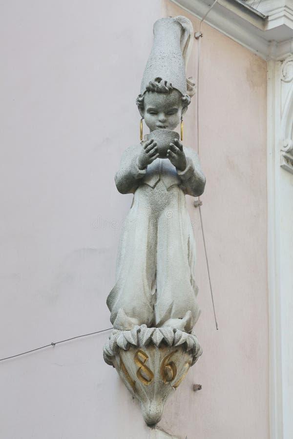 Decorações artísticas arquitetónicas na fachada da casa em Viena imagens de stock royalty free