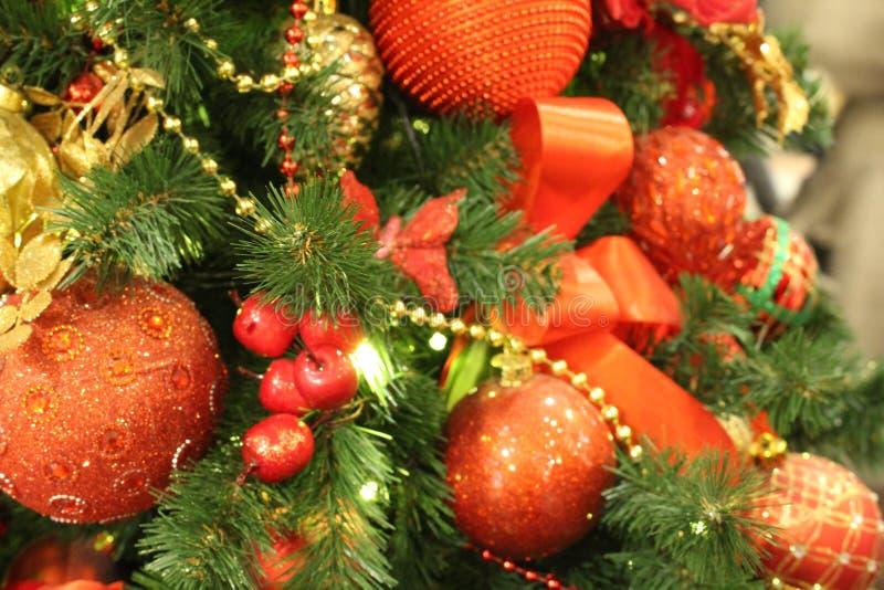 Decorações bonitas do Natal na árvore de Natal imagens de stock royalty free